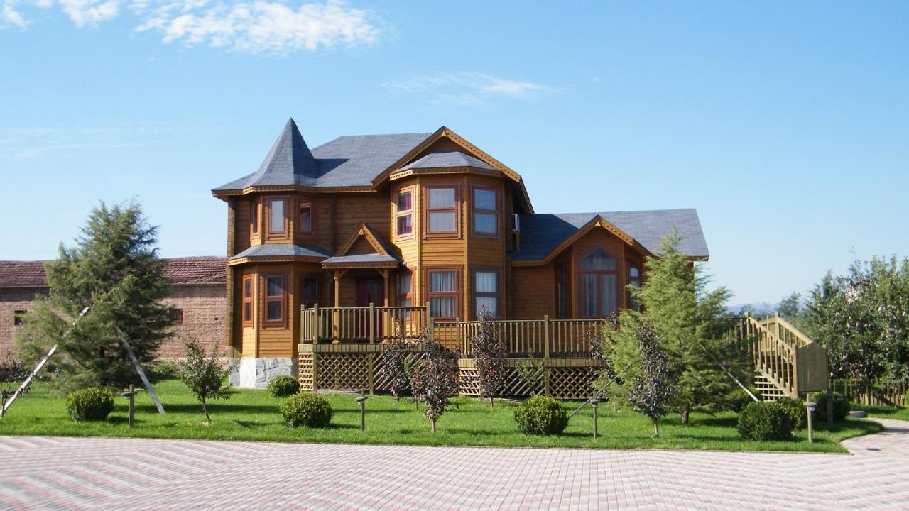 轻型木结构房屋 轻型木结构建筑的风格按其外立面主要分为4大类,即传统风格、过渡风格、现代风格、独创风格。其中,传统风格中又分为维多利亚式、西班牙/英式、法式/欧式、乔治式、乡村/农庄/草原式、殖民地式等等。  适合在水边,坡地,山地,建筑裙楼,屋顶等基础条件复杂的地区,广泛应用于度假村、生态公园、企业会所、别墅型酒店、建筑改造加建、平改坡工程。